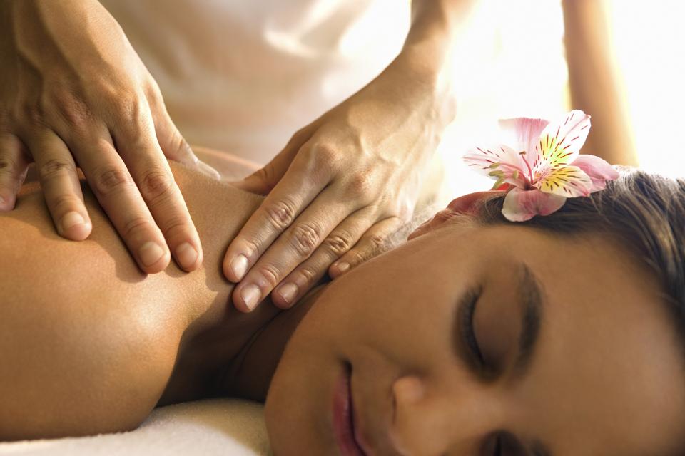 Presso il Centro Benessere Fisco KAMI potrete trovare risposte alle vostre problematiche fisiche grazie all'applicazione di massaggi terapeutici, riflessologia plantare, massaggio connettivale, massaggio miofasciale, massaggio neuro muscolare, linfodrenaggio, taping, massaggio ayurvedico, massaggio estetico, trattamenti corpo specifici ed estetica tradizionale manuale.